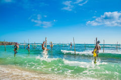 I Sri Lanka fiskar lokala fiskare i unik stil Royaltyfria Bilder