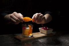 I stången - gammalmodig whiskycoctail royaltyfri fotografi