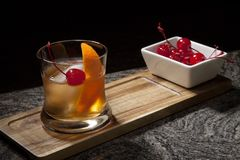 I stången - gammalmodig whiskycoctail arkivfoton
