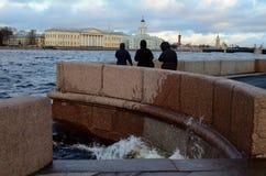 I St Petersburg vinden och det våta vädret Arkivfoton