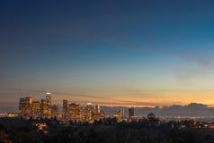 I stadens centrum afton för natt för Los Angeles horisontsolnedgång Arkivfoto