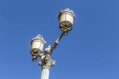 I stadens centrum Aixen provence för gammal lykta under blå himmel Arkivfoton