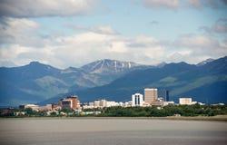 I stadens centrum ankring Alaska USA för kontorsbyggnadstadshorisont Arkivbild