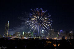I stadens centrum Austin, Tx fyrverkerier Arkivbilder