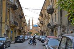 I stadens centrum Beirut sidogata som leder till Mohammad Al-Amin Mosque Arkivbilder