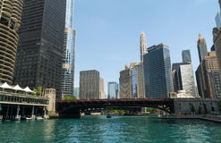 I stadens centrum Chicago av floden Arkivfoton