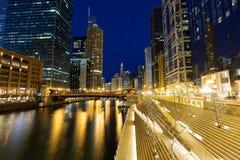 I stadens centrum Chicago, Chicagoet River och Riverwalken på skymning Arkivbilder