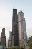 I stadens centrum Chicago, IL i aftonen Arkivfoton