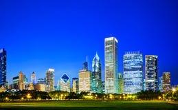 I stadens centrum Chicago, IL i aftonen Fotografering för Bildbyråer
