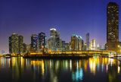 I stadens centrum Chicago, IL i natten Royaltyfri Bild
