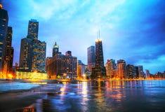 I stadens centrum Chicago, IL på solnedgången Fotografering för Bildbyråer