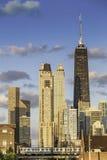 I stadens centrum Chicago med blå himmel arkivfoton