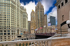 I stadens centrum Chicago med tribuntornet på blå himmel Arkivbild