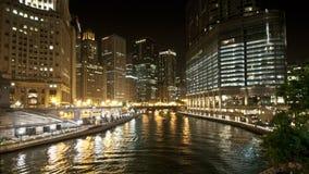 I stadens centrum Chicago vattenväg på natten lager videofilmer