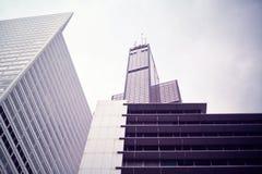 I stadens centrum Chicago - Willis Tower i ett affärsområde Arkivfoton