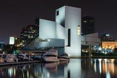 I stadens centrum Cleveland med vagga - och - rulla museet royaltyfri fotografi