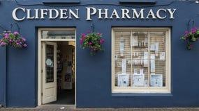 I stadens centrum Clifden apotek, Irland Arkivfoton