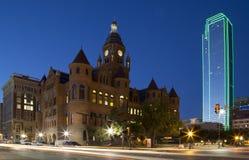 I stadens centrum Dallas på natten arkivbild