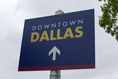 I stadens centrum Dallas Street Sign Arkivfoton