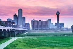 I stadens centrum Dallas, Texas horisont på den blåa timmen Royaltyfria Bilder