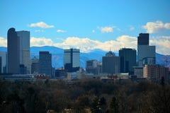 I stadens centrum Denver, Colorado skyskrapor med Rocky Mountains I Royaltyfri Fotografi