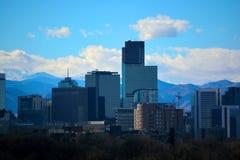I stadens centrum Denver, Colorado skyskrapor med Rocky Mountains I Royaltyfria Foton