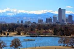 I stadens centrum Denver, Colorado skyskrapor med Rocky Mountains I Arkivfoton