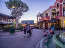 I stadens centrum Disney shopping- och underhållningområde royaltyfria bilder