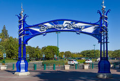 I stadens centrum Disney tecken royaltyfria bilder