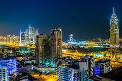 I stadens centrum Dubai. Östligt Förenade Arabemiraten arkitektur Royaltyfri Fotografi