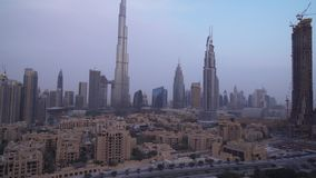 I stadens centrum Dubai på videoen för gryningmateriellängd i fot räknat stock video