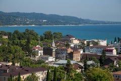 I stadens centrum flyg- cityscape för dag av Sukhum, Abchazien i sommar, Black Sea kust Royaltyfri Foto