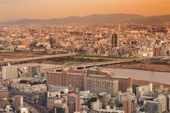 I stadens centrum flyg- sikt för Osaka uppehåll med bergbakgrund Royaltyfri Fotografi