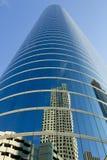 i stadens centrum glass reflexionsskyskrapa Arkivbilder