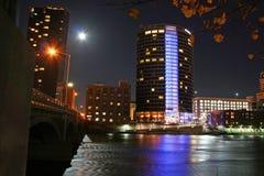 I stadens centrum Grand Rapids på natten Arkivfoto