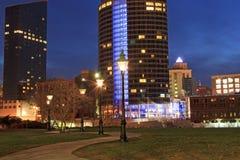 I stadens centrum Grand Rapids på natten Arkivbild