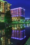 I stadens centrum Greenville för upplysta byggnader SC Arkivfoto