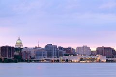 I stadens centrum horisont av Madison, huvudstaden av Wisconsin, USA royaltyfri fotografi