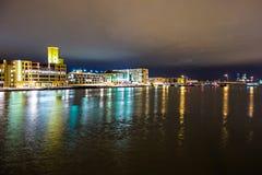 I stadens centrum horisont för Green Baywisconsin stad på natten arkivbilder
