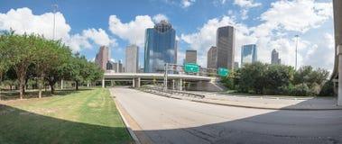 I stadens centrum Houston från Allen Parkway under blå himmel för moln Royaltyfria Foton