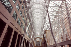 I stadens centrum inre för komplex för kontor för ställe för Toronto Kanada Brookfield ställe BCE arkivfoton