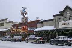 I stadens centrum Jackson Hole Wyoming Cowboy Bar under vintersnöstorm royaltyfria foton