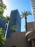 I stadens centrum LAskyskrapor och gömma i handflatan resning till himlen arkivfoto