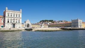 I stadens centrum Lissabon: Terreiro gör Paço (handelfyrkanten), Cais das Colunas, staty av konung D José och bågen av den Augu Royaltyfri Bild