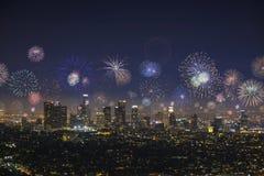 I stadens centrum Los Angeles Cityscape med exploderande fyrverkerier under helgdagsafton för nya år arkivfoton