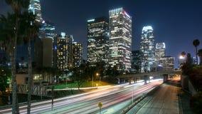 I stadens centrum Los Angeles och motorvägtrafikTid schackningsperiod Arkivbild