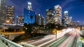 I stadens centrum Los Angeles och motorvägtrafikTid schackningsperiod arkivfilmer