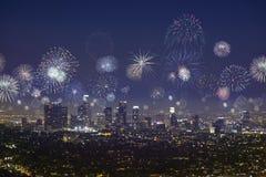 I stadens centrum Los Angeles stadsscape med blinkande fyrverkerier på nya år royaltyfri fotografi