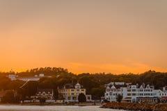 I stadens centrum Mackinac ö på solnedgången Royaltyfria Bilder