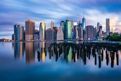 I stadens centrum Manhattan över East River Fotografering för Bildbyråer